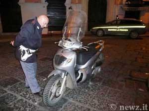 Lo scooter a bordo del quale i due hanno tentato la fuga