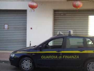 Il negozio chiuso dalla Guardia di Finanza