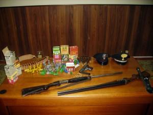 Le armi e le cartucce sequestrate dai Carabinieri