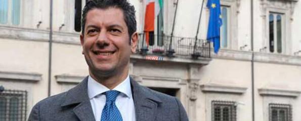 Il presidente Giuseppe Scopelliti davanti a Palazzo Chigi