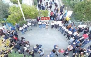 """I giovani espongono insieme la scritta """"Ace non chiude"""" (foto gentilmente concessa da PK Drones)"""