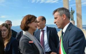 La stretta di mano tra Laura Boldrini e il sindaco di Melito Porto Salvo, Giuseppe Meduri