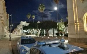 Auto della Polizia davanti al Teatro Cilea