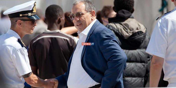Il prefetto Michele Di Bari assiste a uno sbarco di migranti