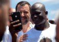 Matteo Salvini selfie con extracomunitario africano