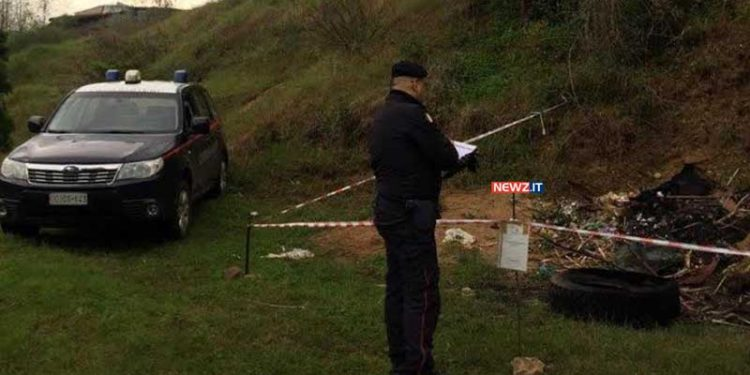 L'area del cumulo di rifiuti sequestrata dai Carabinieri