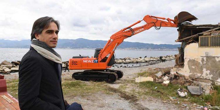 Giuseppe Falcomatà assiste alla demolizione dell'ex ristorante Fata Morgana