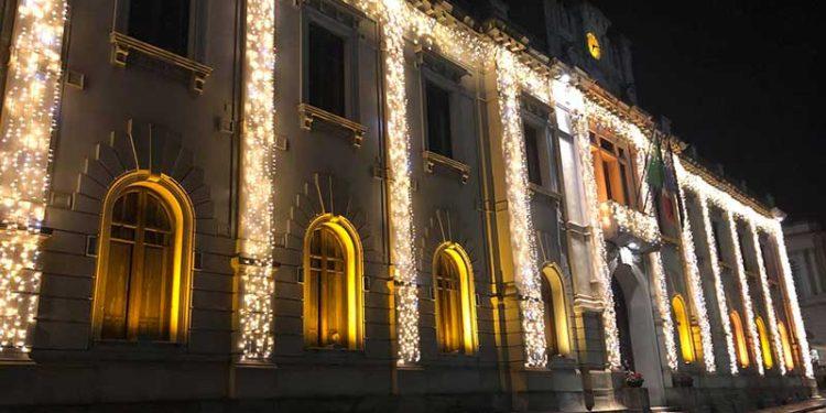 Palazzo San Giorgio, sede del Comune di Reggio Calabria, illuminato per Natale