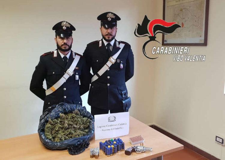 I Carabinieri mostrano la droga, il revolver e le munizioni sequestrate