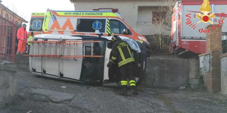 Dipignano. Autovettura furgonata telecomunicazioni si ribalta in un cortile privato tra le abitazioni: soccorritori in azione