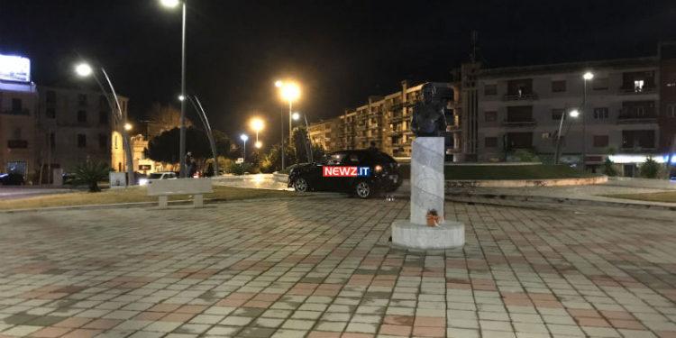 """Pauroso incidente stradale nella notte: auto """"atterra"""" in piazza Mino Reitano (FOTO) 3"""