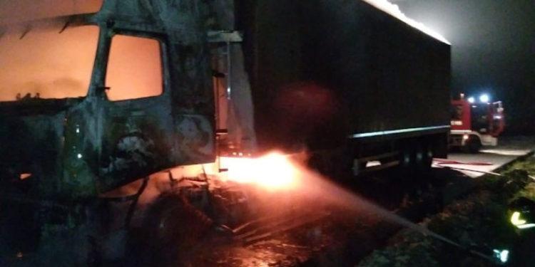Strongoli. Tre autoarticolati in fiamme: Vigili del Fuoco impediscono che incendio distrugga l'ultimo 2