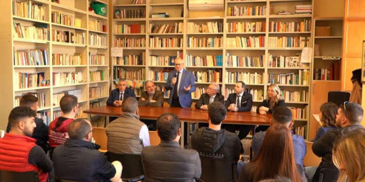 Al tavolo da sinistra: Orlando Fazzolari, Antonio Gioffrè, Salvatore Papalia, Giuseppe Nucera, Violi Antonio e Mariella Costantino
