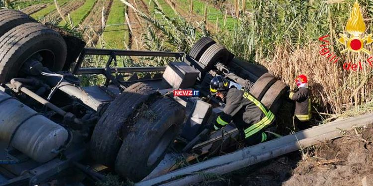 Incidente stradale SS 18 rimorchio ribaltato