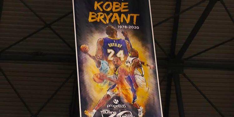 Stendardo Kobe Bryant al Palapentimele